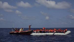 Un numeroso grupo de refugiados esperan ser rescatados en el Mediterráneo el pasado mes de septiembre.