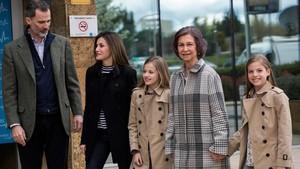 Felipe y Letizia, acompañadospor la reina Sofia,la princesa Leonor y la infanta Sofia a su llegadaa la clínica.