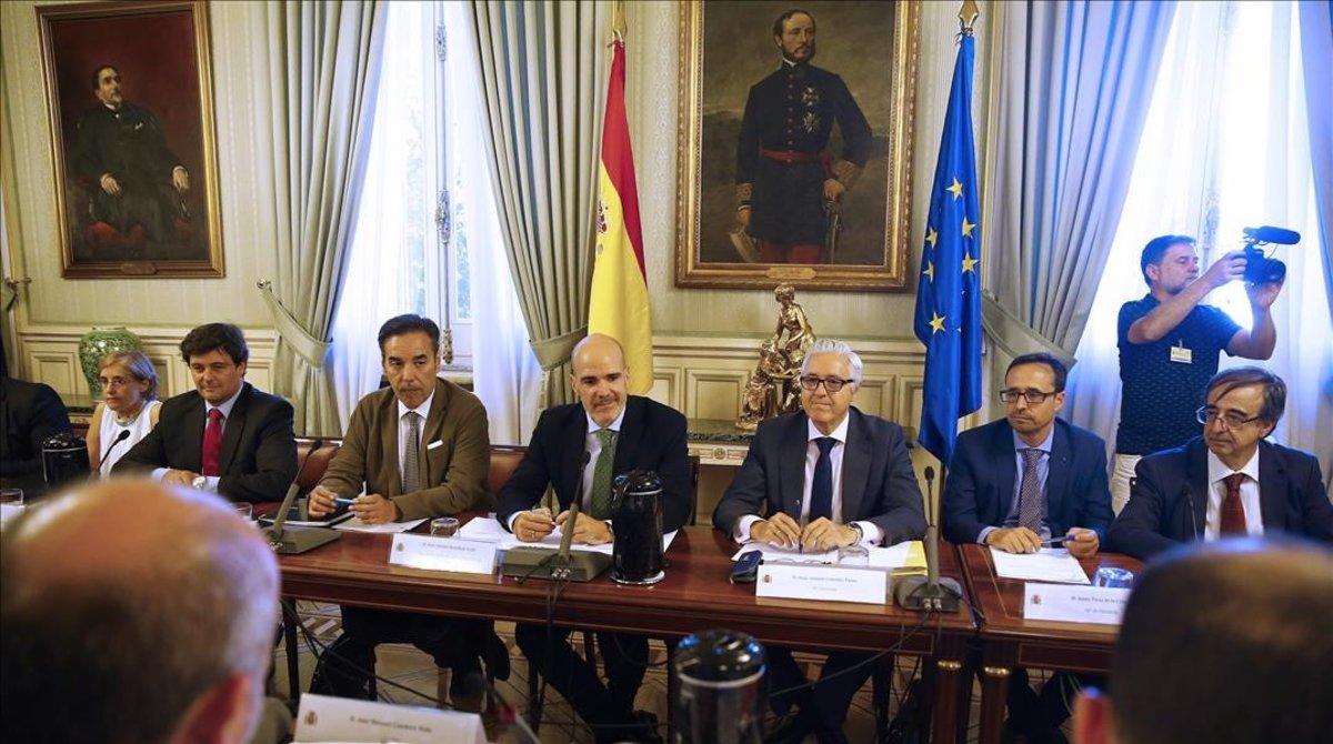 El secretario de Estado de Función Pública,JoséAntonio Benedicto, con los sindicatos representativos en la mesa de la Administracion General del Estado en julio del 2018.