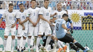 Luis Suárez marca de falta el primer gol de Uruguay ante Rusia.