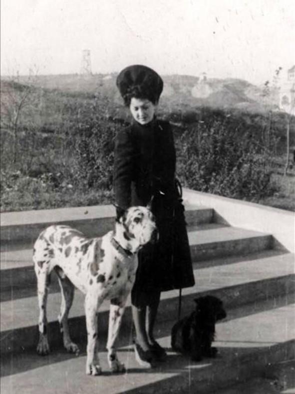Ruth Irene Kalder (abuela de Jennifer Teege), fotografiada por el comandante nazi Amon Göth (abuelo de Teege), con el dogo de este, que utilizaba para azuzar a los prisioneros, y su propio perro faldero.