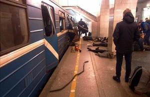 Uno de los andenes con varios heridos después de la explosión.