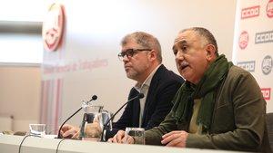El secretario general de CC.OO, Unai Sordo (i) y el de UGT, Pepe Ãlvarez (d) durante su intervención en rueda de prensa sobre la sentencia del Tribunal Constitucional que avala el despido por bajas justificadas, la reforma laboral y propuestas sindicales, en la sede de UGT, en Madrid (España), a 5 de noviembre de 2019.