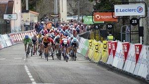 El pelotón de la París-Niza se prepara para el esprint final de la quinta etapa.