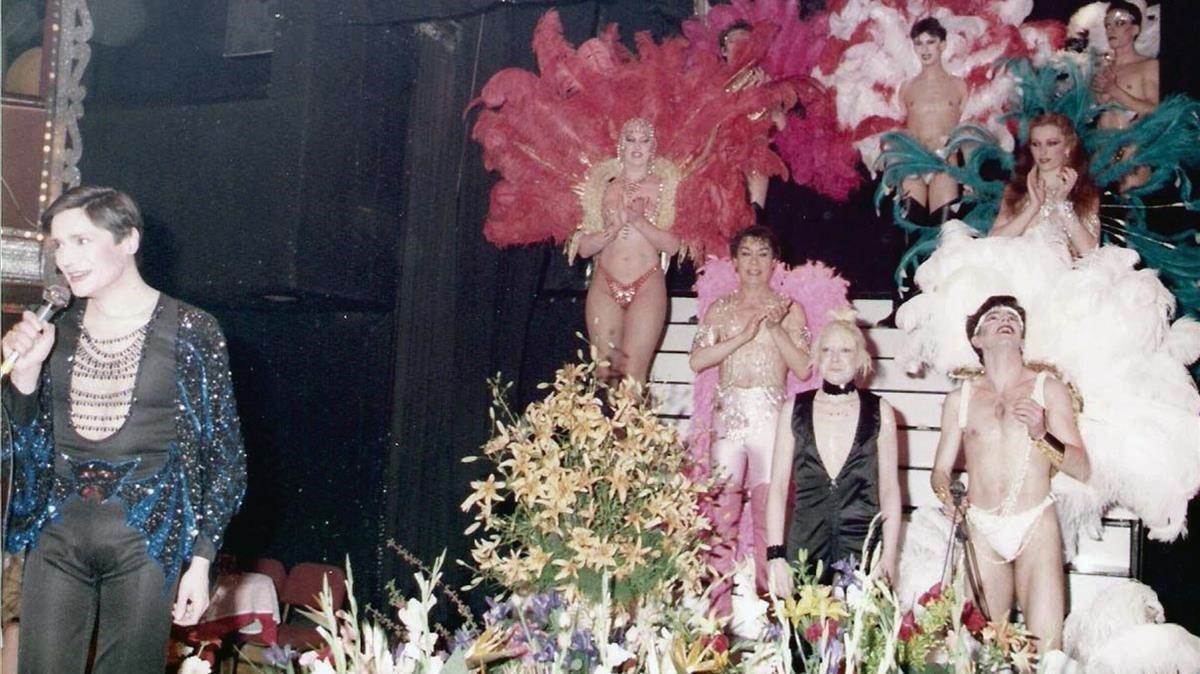El 'showman' Pierrot presenta el espectáculo 'Gaylandia', con la vedete Christa Leem, en el Barcelona de noche.
