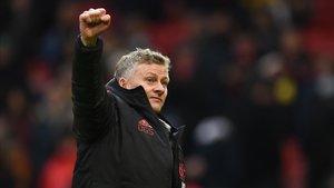 Solsjkaer saluda a los aficionados de Old Trafford tras el triunfo del United sobre el Reading en la Copa (2-0).