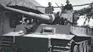 Soldados alemanes en un carro de combate durante la segunda guerra mundial.