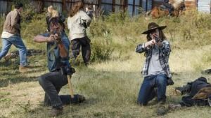 Andrew Lincoln (a la izquierda) y Chandler Riggs, en una imagen de The walking dead.