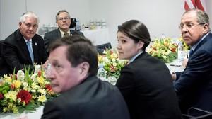 Tillerson (izquierda) y Lavrov (derecha) esperan al inicio de una reunión en Bonn, este jueves.