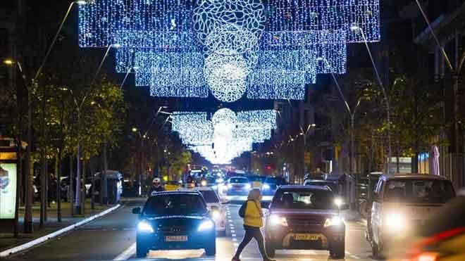 El toque de queda en Nochebuena y Fin de Año comenzará a la 1.30. Así lo ha explicado Pere Aragonès. En la foto, luces de Navidad en la calle de Balmes, en Barcelona.