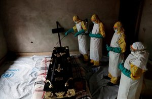 Un trabajador sanitario rocía con spray en la habitación del funeral de Kavugho Cindi Dorcas que se sospecha murió de Ébola en la ciudad de Beni en el Congo.