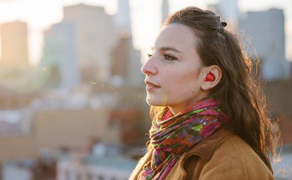 Waverly Labs promete superar la barrera de los idiomas con su pinganillo conectado a un smartphone.