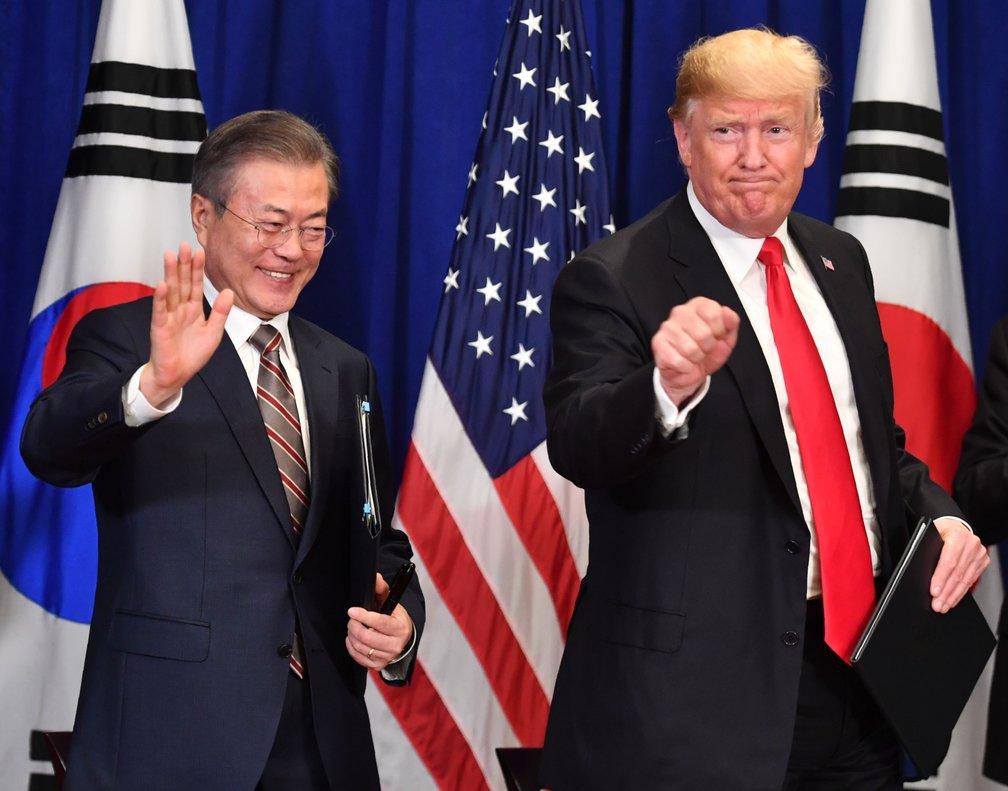 Donald Trump yMoon Jae-in, presidente de Corea del Sur.