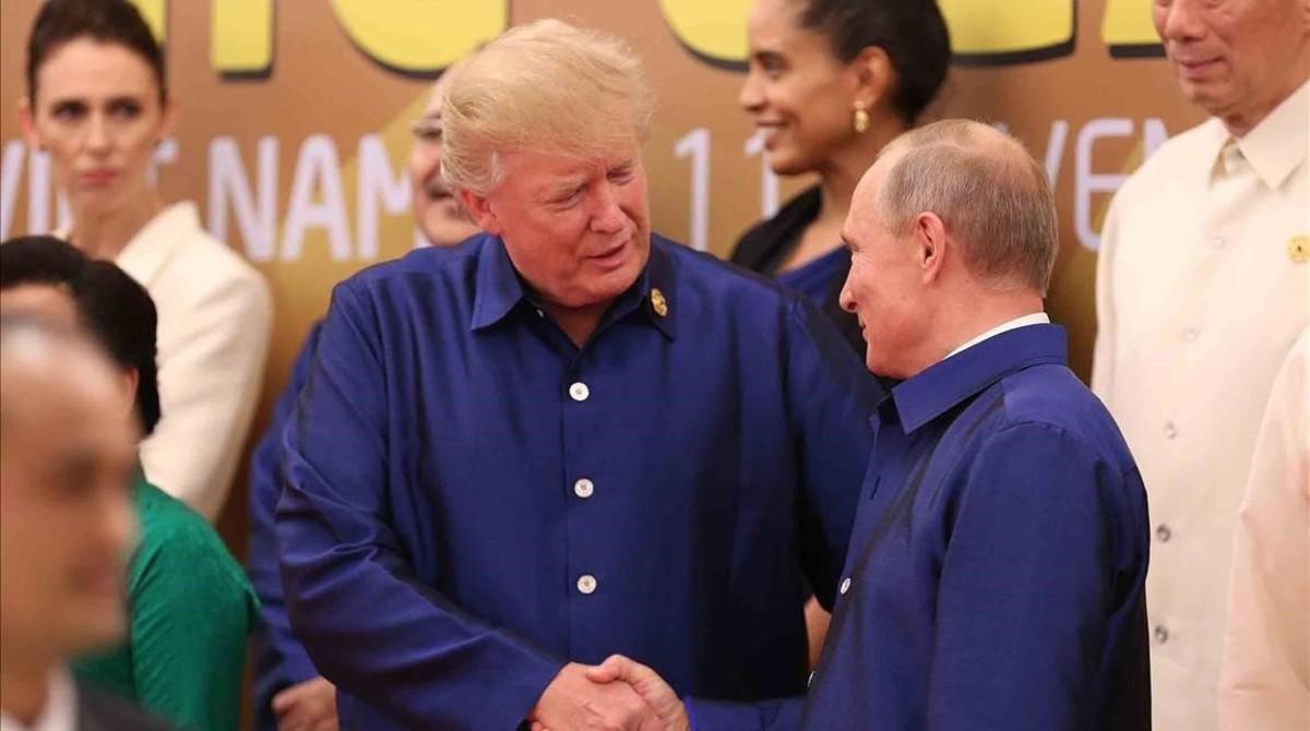 Trump y Putin se saludan en la cumbre Asia-Pacífico celebrada en Vietnam.