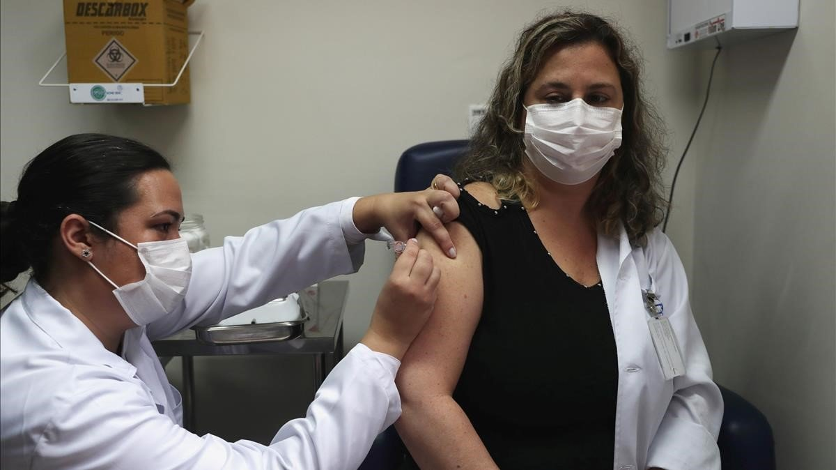 Una enfermera pone una vacuna.