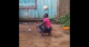 Una imagen del vídeo viral de la mujer africana.