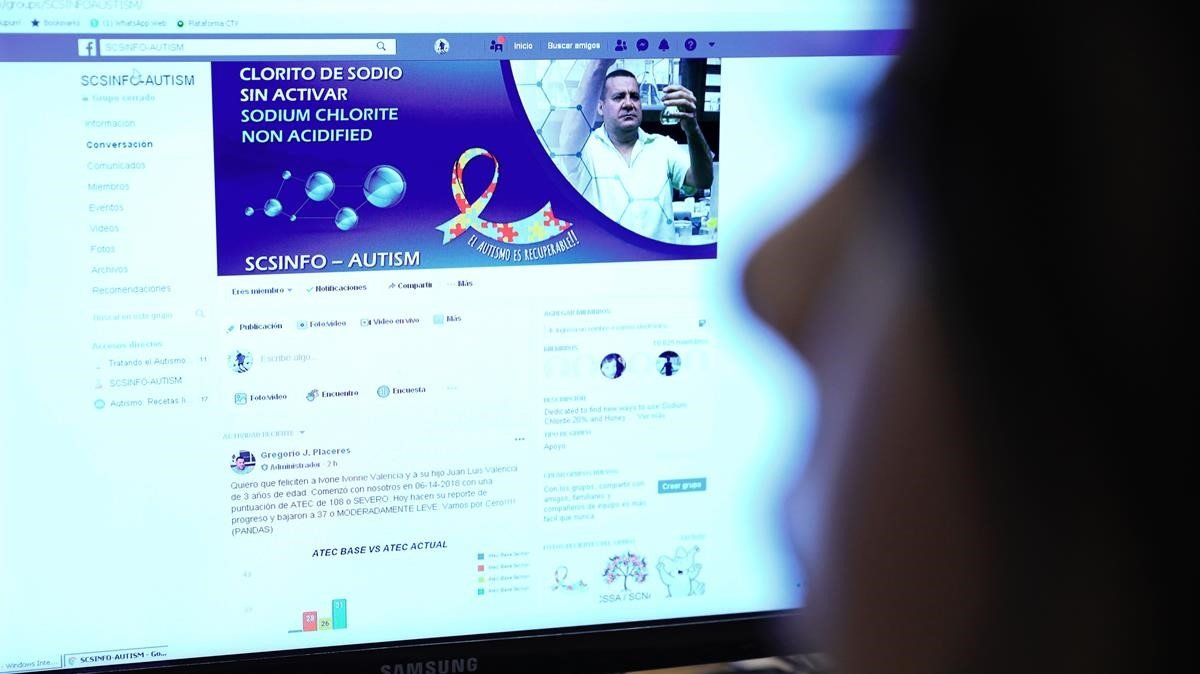 Una mujer observa la página de Facebook del presunto químico Gregorio Placeres, que predica las bondades del controvertido MMSpara tratar el autismo.