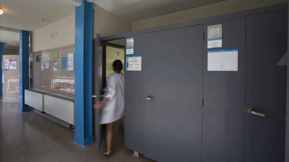 Una puerta del CAP Raval Nord por la que no pasa una silla de ruedas.