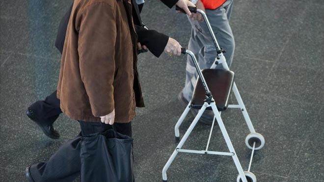 Una red timó a 1.500 ancianos con una oferta de material para tratar sus enfermedades. En la foto, un abuelo camina con un andador.
