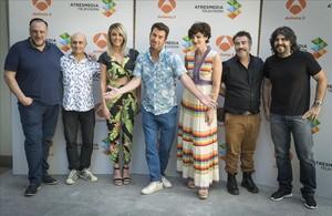 Equipo de 'Me resbala', con Arturo Valls en el centro, flanqueado por Anna Simon (izda.) y Olga Hueso (dcha.)