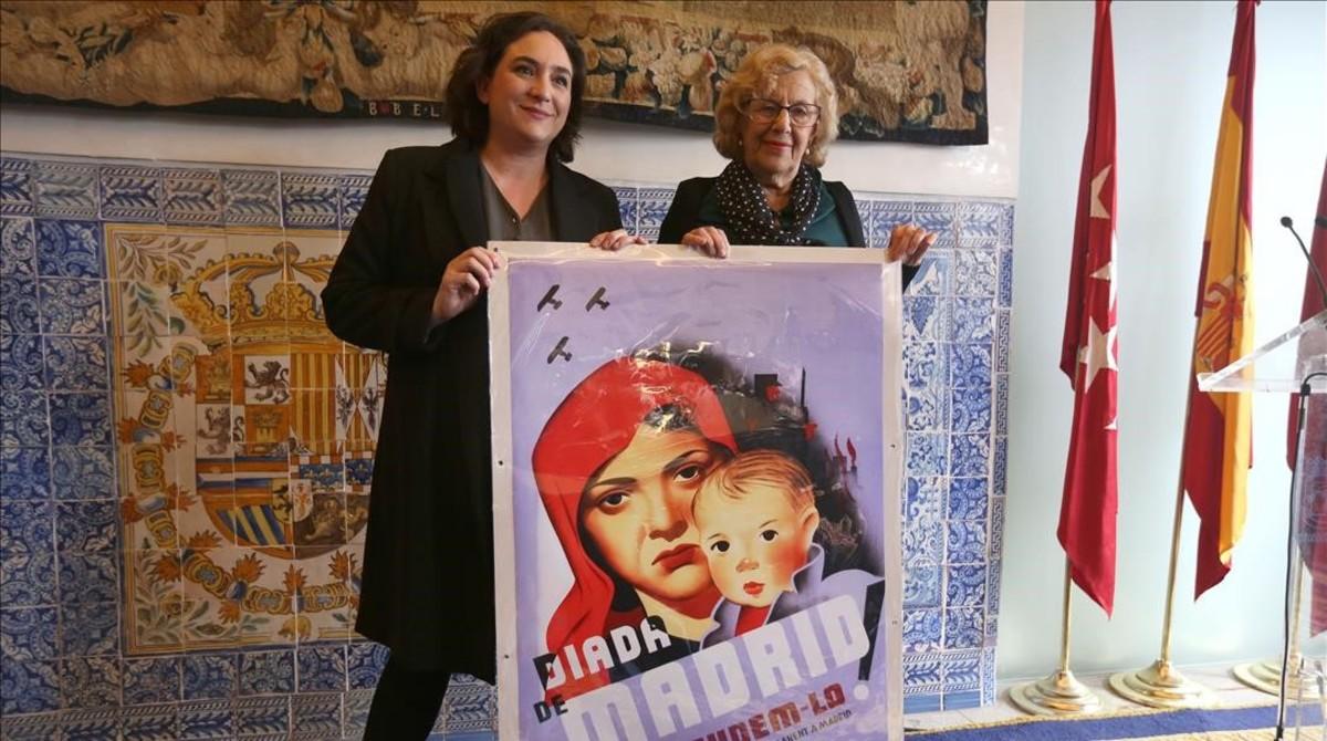 Las alcaldesas de Madrid y Barcelona, Manuela Carmena y Ada Colau respectivamente, en la presentación de la exposición No pasarán.