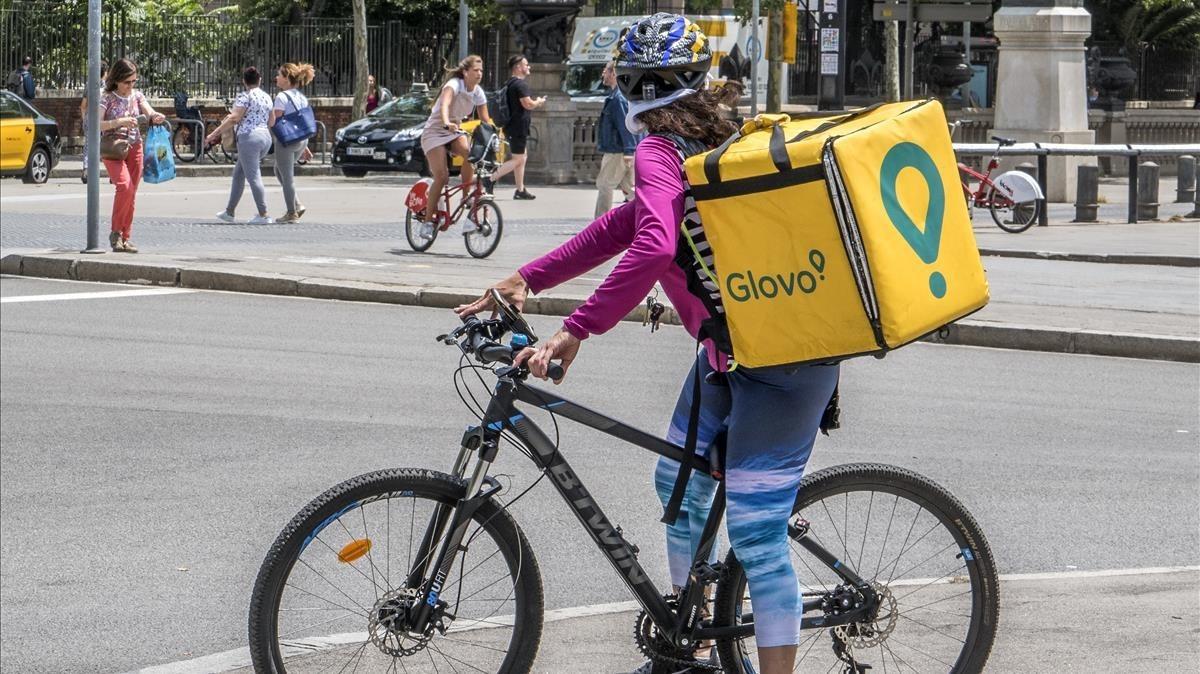 Una repartidora en bicicleta de la plataforma Glovo.