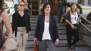 Carmen Calvo en el patio del Congreso de los Diputados.