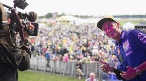 Valentino Rossi bromea con un cámara de TV en la subasta, en beneficio de la ONG de los pilotos, organizada en Silverstone.
