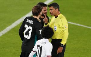 El árbitro brasileñoSandro Ricci hablando con jugadores del Madrid
