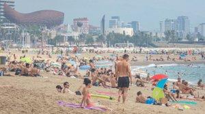 Vecinos y turistas, disfrutando de un día de playa en Barcelona, este martes 28 de julio.