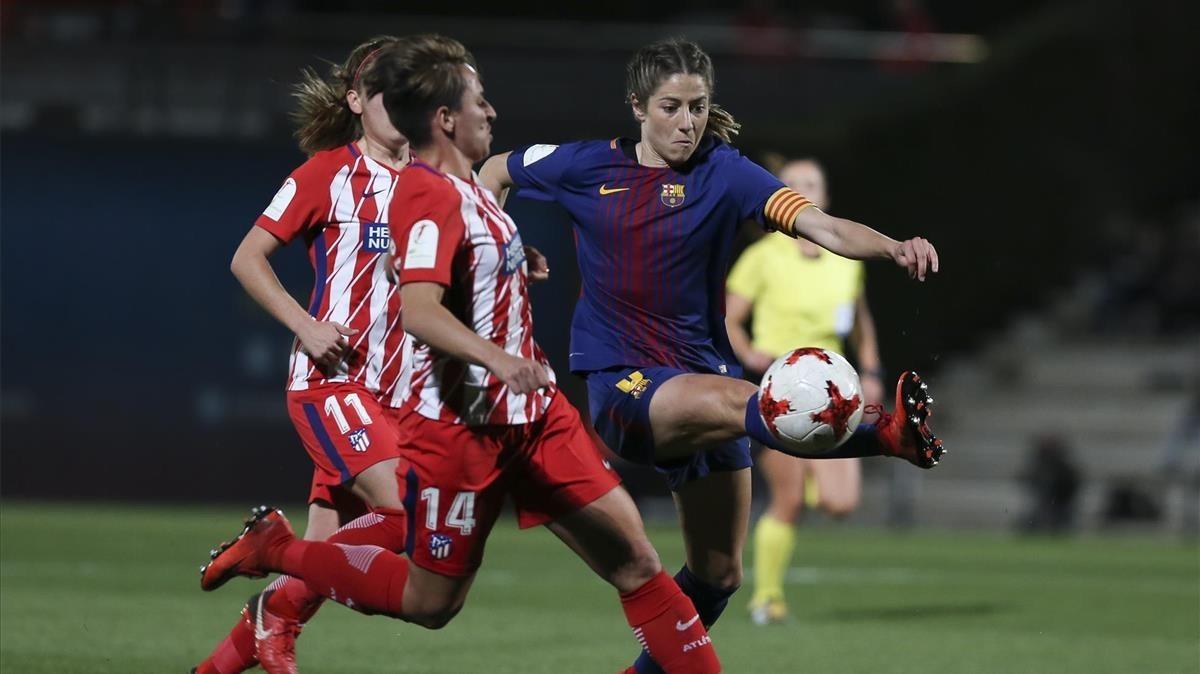 Vicky Losada controla el balón ante Marta Corredera (14) y Carmen Menayo (11).