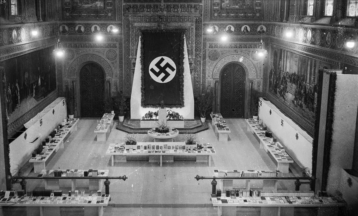 Vista del paraninfo de la Universitat de Barcelona acogiendo la Exposición del Libro Alemán, en 1941, en la que se expusieron tres ejemplares de 'Mein Kampf'.