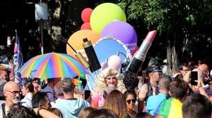 Colectivos LGTBI de Madrid cambian el arcoíris por el negro