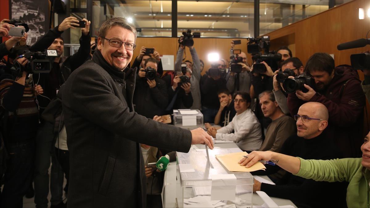 Xavier Domènech ejerciendo en voto en la Escola Industrial de Barcelona.