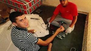 Youness Abouyaaqoub y Mohamed Hichamy, manipulando los explosivos.