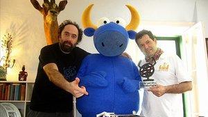 Mikel Urmeneta (a la izquierda), con una figura de su famoso toro, Mister Testis.