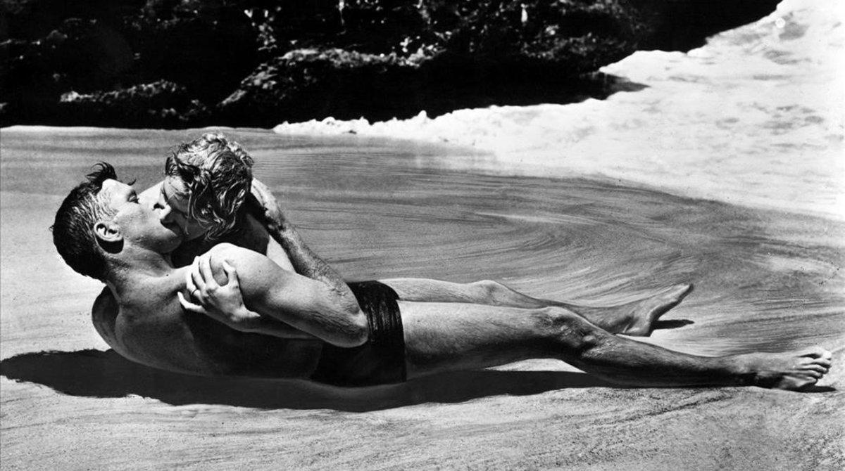 El inolvidable beso de Burt Lancaster y Deborah Kerr en 'De aquí a la eternidad'.
