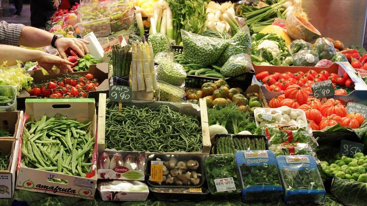 Parada de frutas y verduras en el mercado de la Boquería de Barcelona