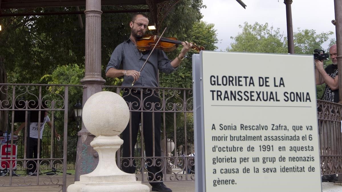Monumento en homenaje a la transexual asesinada Sonia, en la Glorieta del parque de La Ciutadella.