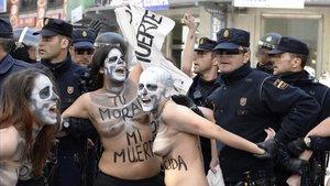 Activistas de Femen durante una manifestación de la antiabortista PlataformaSí a laVida, en el 2014.