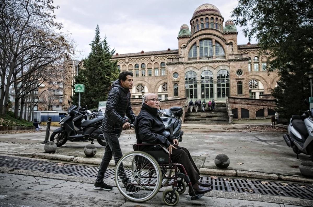 Otman y Joan saliendo del Hospital de Sant Pau, este martes.