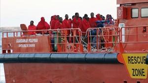 ARCHIVO / Un grupo de 33 inmigrantes de origen subsaharianos rescatados hace un mes en elpuerto de Almería.