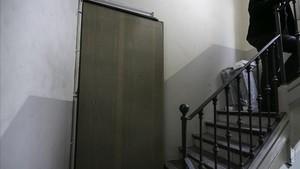 Piso de un banco con puerta antiokupas en el Raval.