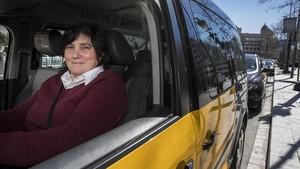 Una taxista espera a un cliente en la parada de Plaça Catalunya de Barcelona.
