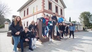 Alumnos, exalumnos y educadores de la escuela de formación permanente Can Lletres, en Llinars del Vallès, el pasado jueves.