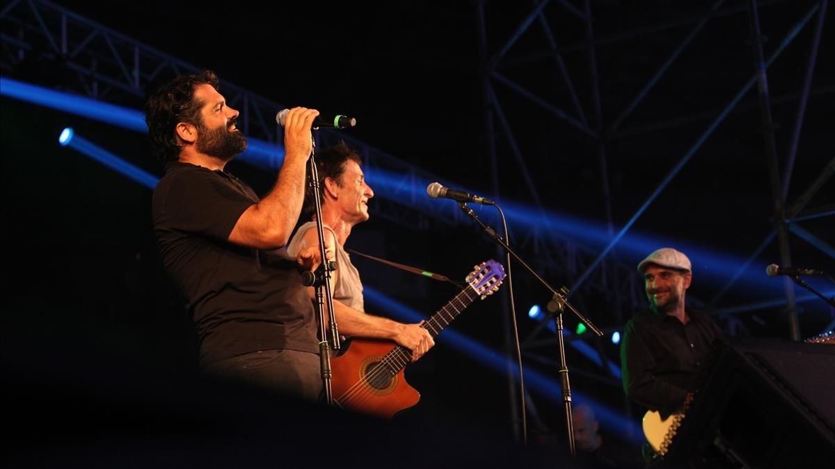 Pau Debon, acompañado de Albert Pla y, al fondo, Joan Miquel Oliver, en el escenario dePalma Arena.