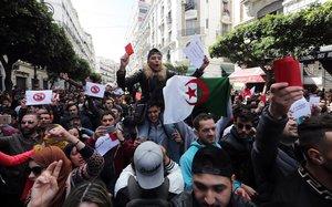Milers d'algerians es llancen als carrers contra Bouteflika