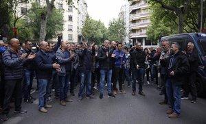 Trabajadores de la planta de Nissan en Zona Franca manifestándose a las puertas del Departament de Treball de la Generalitat.