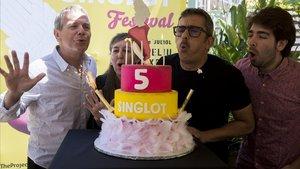 Andreu Buenafuente celebra alcanzar la quinta edición junto al equipo que hace posible el Singlot. De izquierda a derecha: Joan Roselló(The Project), Mercè Puy y Enric Cambray.