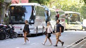 Els veïns del carrer Provença, farts de la Zona Bus de la Pedrera